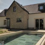 Pohled na dům s bazénem